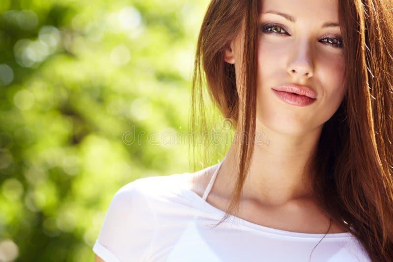 Retrato da menina do verão imagem de stock