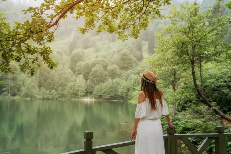Retrato da menina do verão Sorriso da jovem mulher feliz no dia ensolarado do verão ou de mola fora no parque pelo lago fotos de stock royalty free