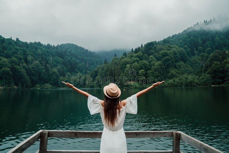 Retrato da menina do verão Sorriso da jovem mulher feliz no dia ensolarado do verão ou de mola fora no parque pelo lago foto de stock royalty free