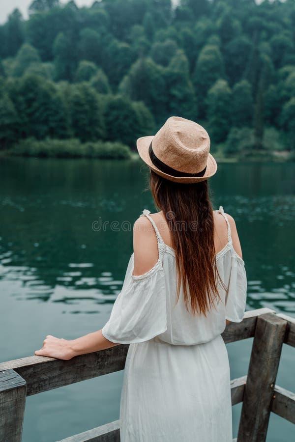 Retrato da menina do verão Sorriso da jovem mulher feliz no dia ensolarado do verão ou de mola fora no parque pelo lago fotografia de stock