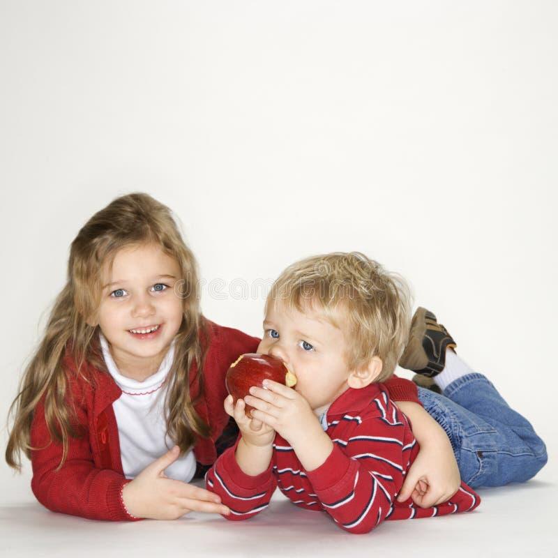 Retrato da menina e do menino. foto de stock