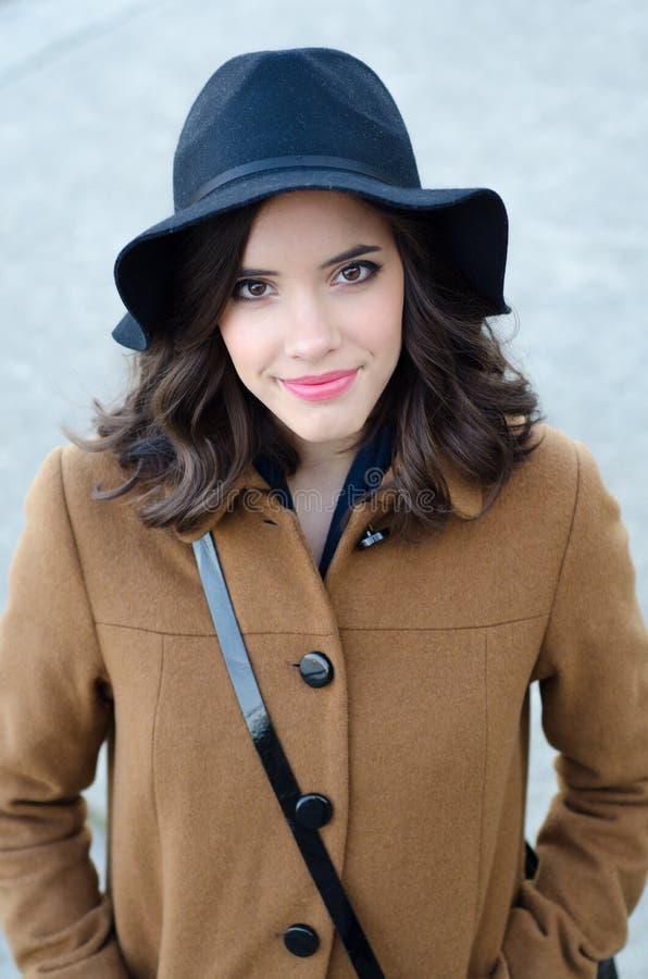 Retrato da menina elegante de sorriso bonita exterior no outono foto de stock royalty free