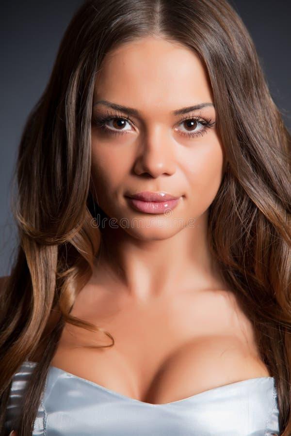 Retrato da menina elegante no vestido cinzento imagens de stock