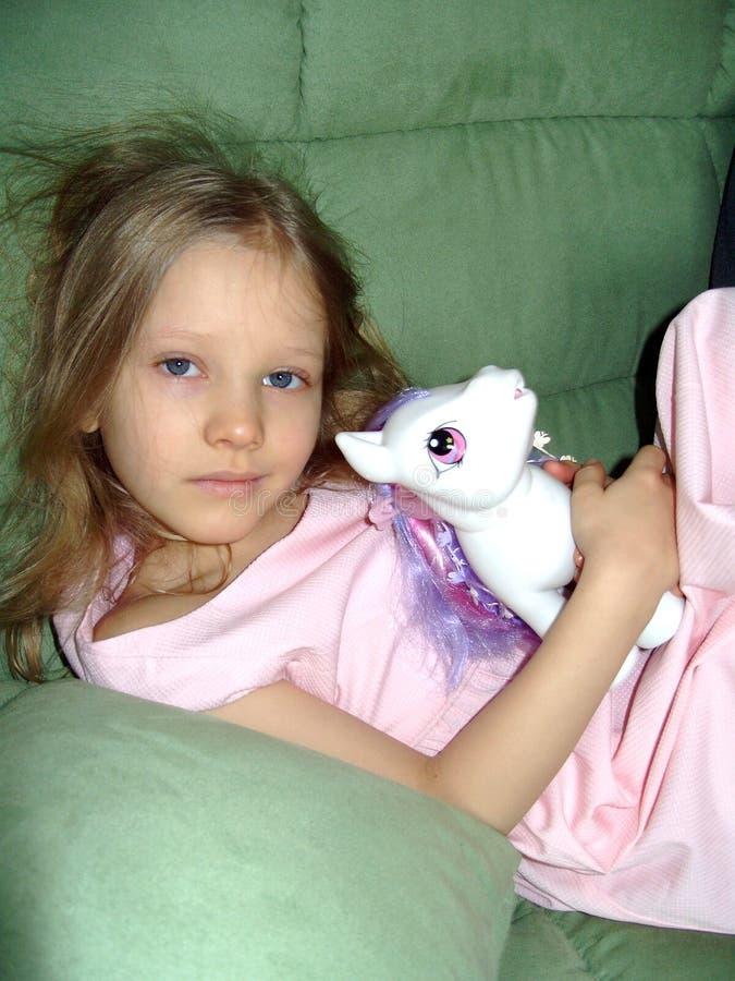 Retrato da menina em um fundo verde foto de stock royalty free