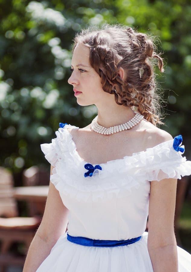 Retrato da menina em um vestido de bola velho fotos de stock royalty free