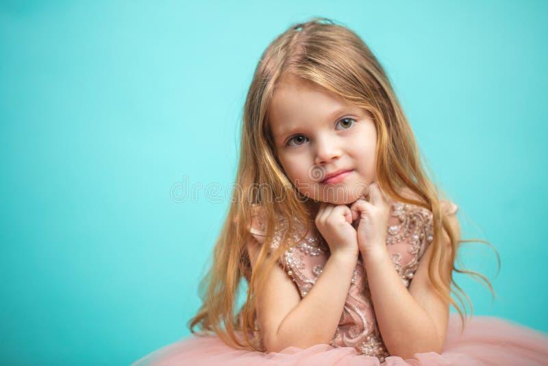 Retrato da menina encantador feliz bonito no vestido da princesa fotografia de stock