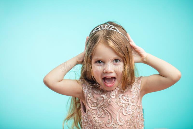 Retrato da menina encantador feliz bonito no vestido da princesa imagens de stock royalty free