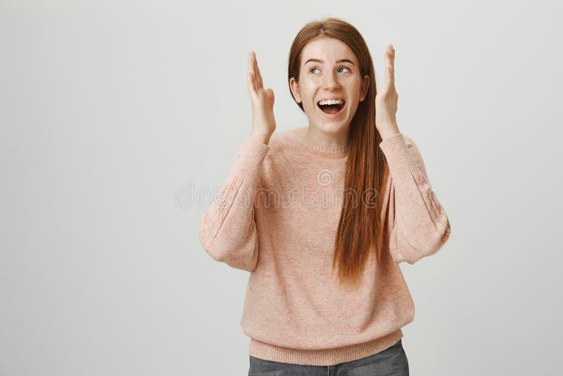 Retrato da menina encantador vívida do ruivo com sardas bonitos que sorri amplamente, olhando de lado e fazendo algum estranho imagens de stock royalty free