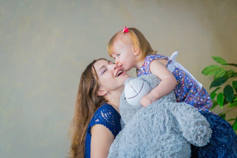 Retrato da menina engraçada e da sua mãe em casa fotos de stock royalty free