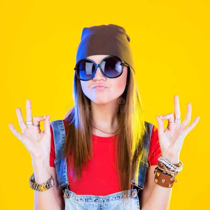 Retrato da menina engraçada nos vidros e em um chapéu marrom fotografia de stock royalty free