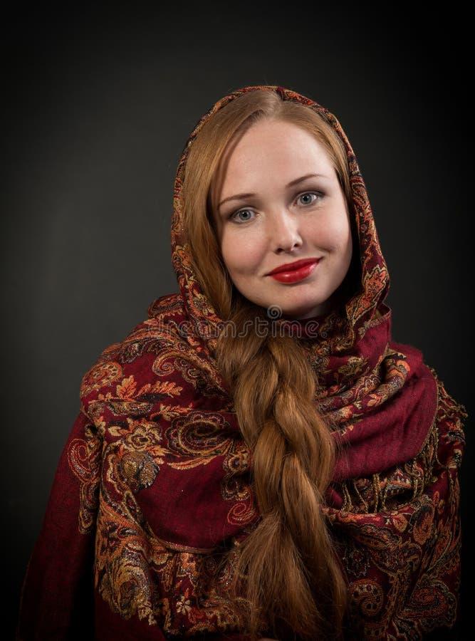 Retrato da menina eslavo de sorriso com cabelo trançado vermelho imagens de stock royalty free