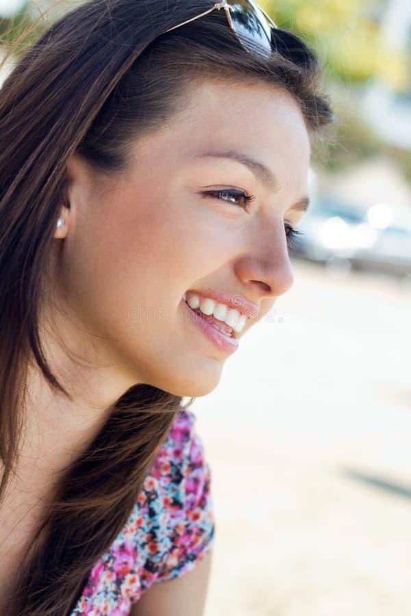 Retrato da menina feliz bonita