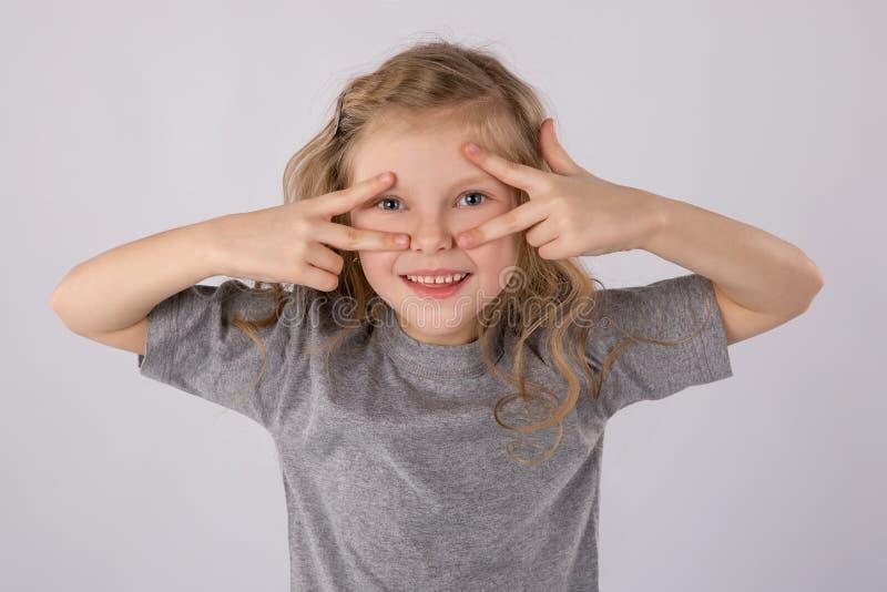 Retrato da menina feliz no fundo branco Emoções do ` s das crianças imagem de stock