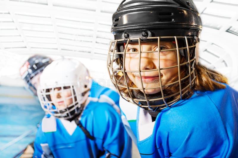 Retrato da menina feliz no uniforme do hóquei em gelo foto de stock
