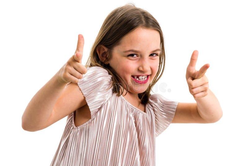 Retrato da menina feliz que aponta o gesto da arma do dedo na c?mera imagens de stock royalty free