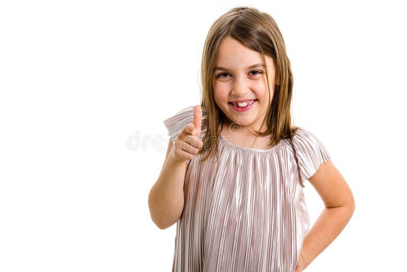 Retrato da menina feliz que aponta o gesto da arma do dedo na c?mera imagem de stock