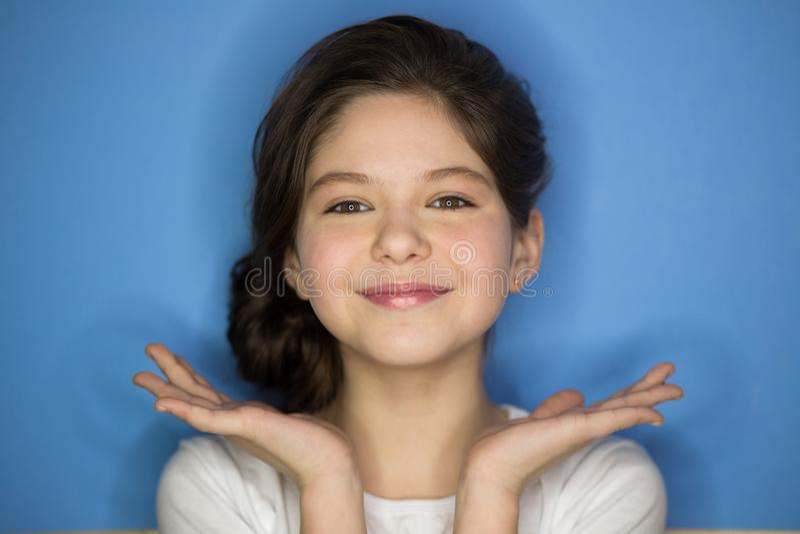 Retrato da menina freckled à moda nova que ri com mão no mordente que olha a câmera Copie o espaço foto de stock royalty free