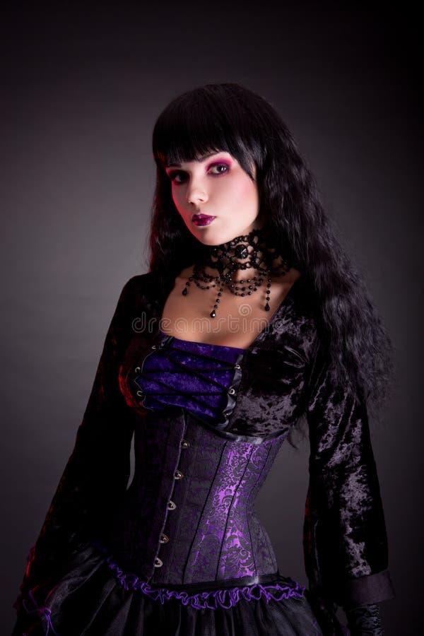 Retrato da menina gótico bonita que veste o traje de Dia das Bruxas fotografia de stock royalty free