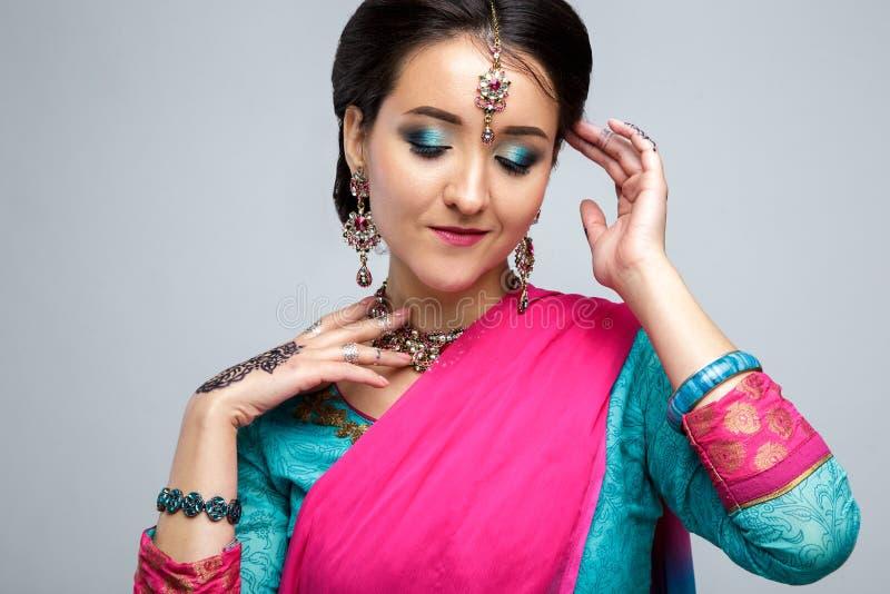 Retrato da menina indiana de sorriso bonita Modelo indiano novo da mulher com grupo tradicional da joia imagem de stock
