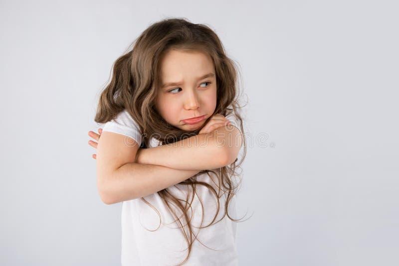 Retrato da menina irritada e triste isolada no fundo branco imagem de stock royalty free