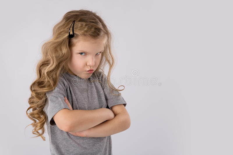 Retrato da menina irritada e triste isolada no fundo branco foto de stock