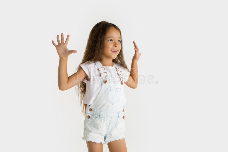 Retrato da menina isolado no fundo branco do estúdio foto de stock