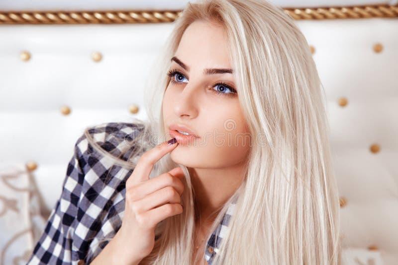 Retrato da menina loura bonita com olhos azuis imagem de stock royalty free
