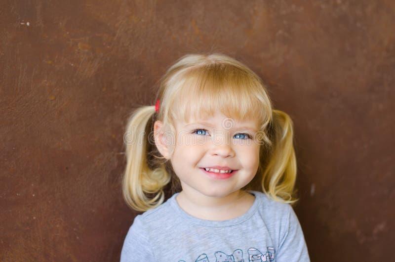 Retrato da menina loura bonito pequena de sorriso fotos de stock
