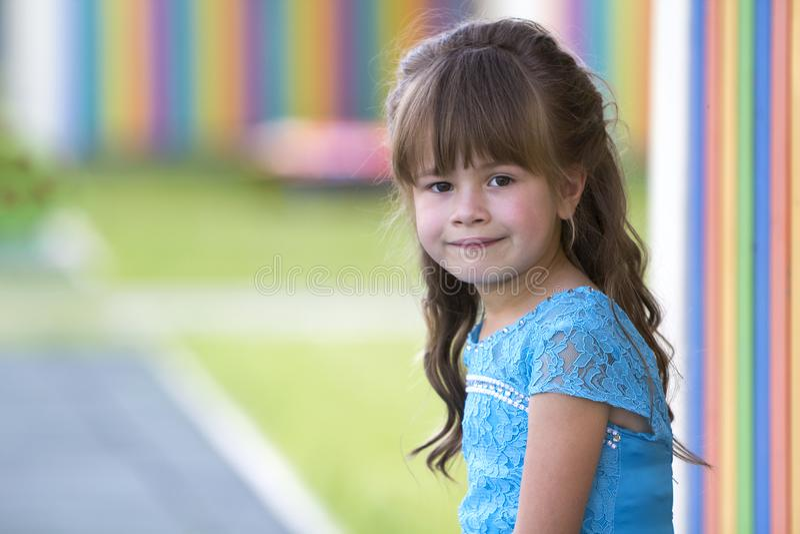 Retrato da menina loura elegante pequena no vestido azul, com GR fotografia de stock royalty free