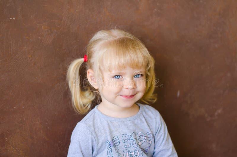Retrato da menina loura engraçada pequena de sorriso foto de stock