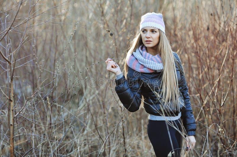 Retrato da menina loura nova atrativa imagens de stock
