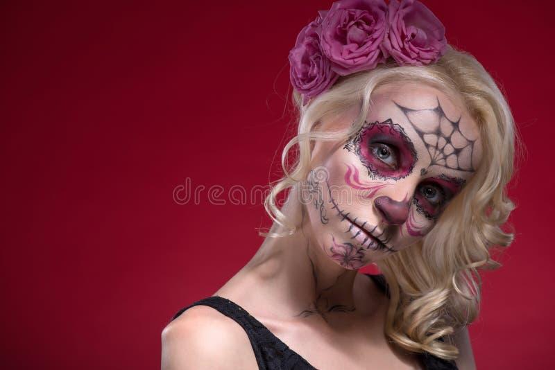 Retrato da menina loura nova com composição de Calaveras fotos de stock royalty free