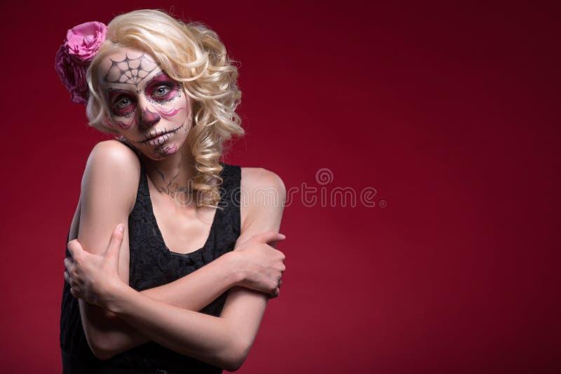 Retrato da menina loura nova com composição de Calaveras fotografia de stock royalty free