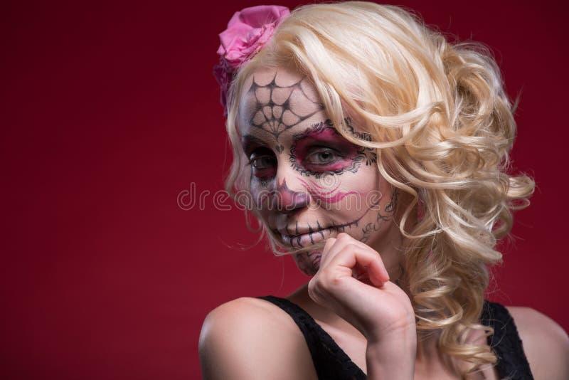 Retrato da menina loura nova com composição de Calaveras fotografia de stock