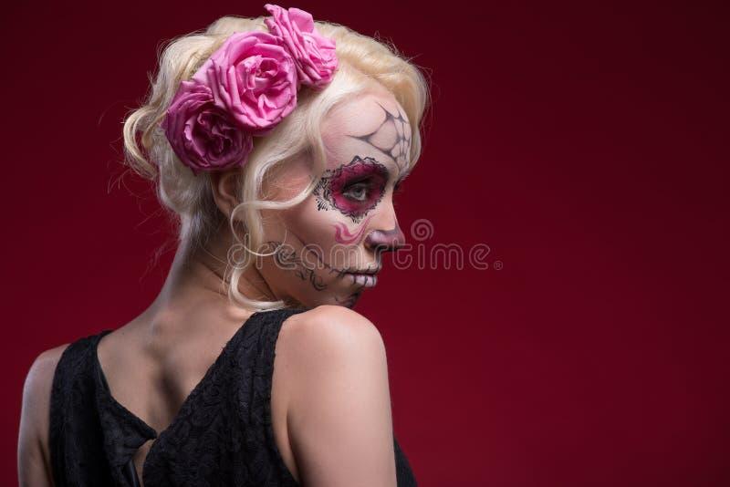 Retrato da menina loura nova com composição de Calaveras foto de stock