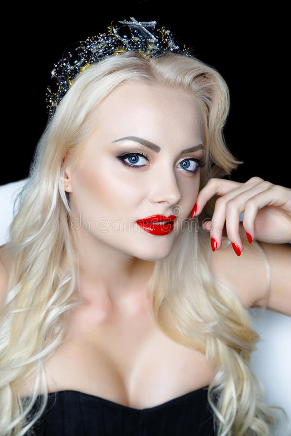 Retrato da menina loura nova da beleza com bordos vermelhos imagem de stock