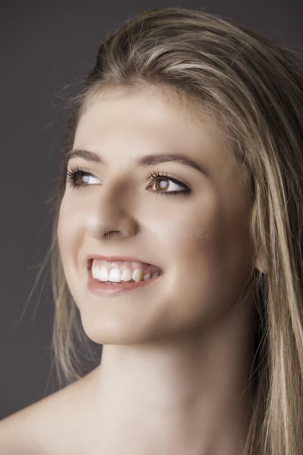 Retrato da menina loura nova de sorriso bonita foto de stock royalty free