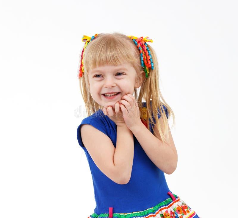 Retrato da menina loura pequena satisfeito com as duas caudas no branco foto de stock royalty free