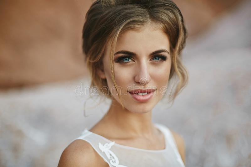 Retrato da menina modelo bonita e sensual com composição brilhante, os bordos completos e os olhos azuis, no levantamento elegant fotos de stock