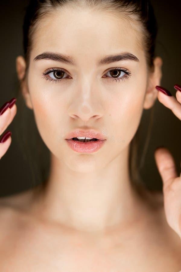 Retrato da menina moreno bonita nova com composição natural fotos de stock royalty free
