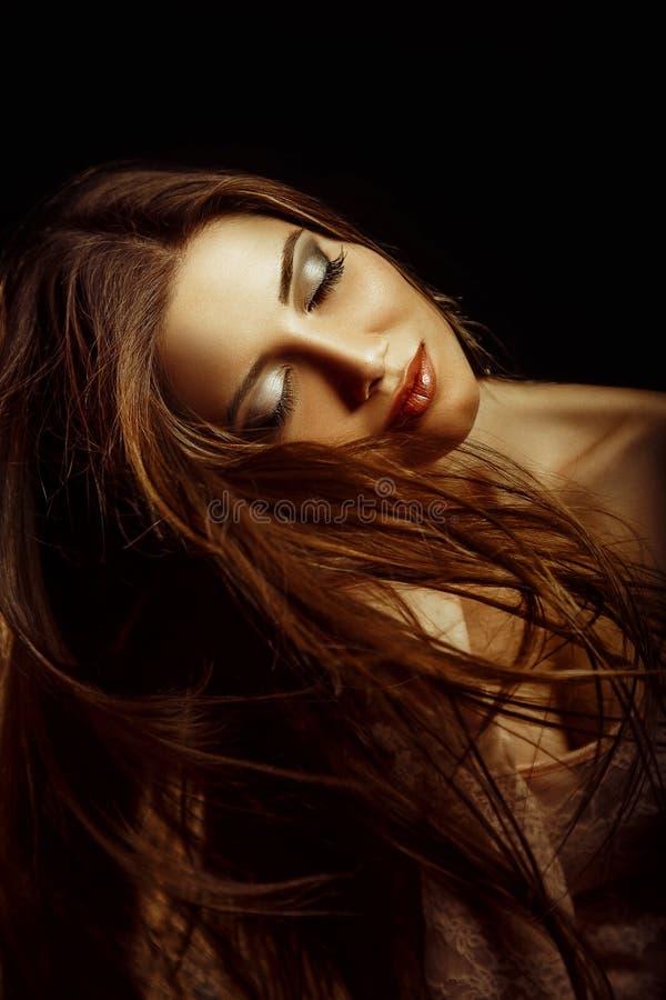Retrato da menina moreno com cabelo longo fotos de stock royalty free