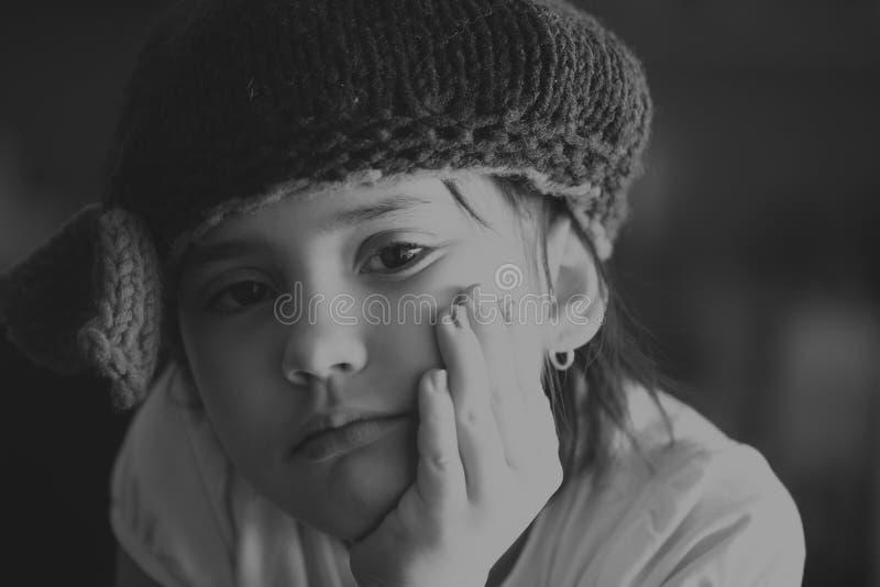 Retrato da menina moreno envelhecida escola da criança da beleza com os olhos roxos internos na edição preto e branco fotos de stock royalty free