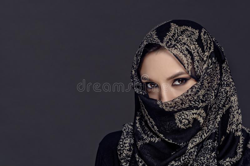 Retrato da menina muçulmana bonita que mostra seus olhos somente fotografia de stock royalty free