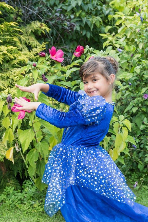 Retrato da menina na roupa azul fotografia de stock