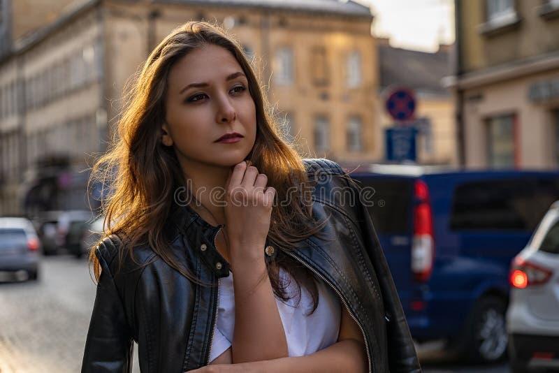 Retrato da menina no casaco de cabedal preto na rua da cidade de Lviv fotografia de stock
