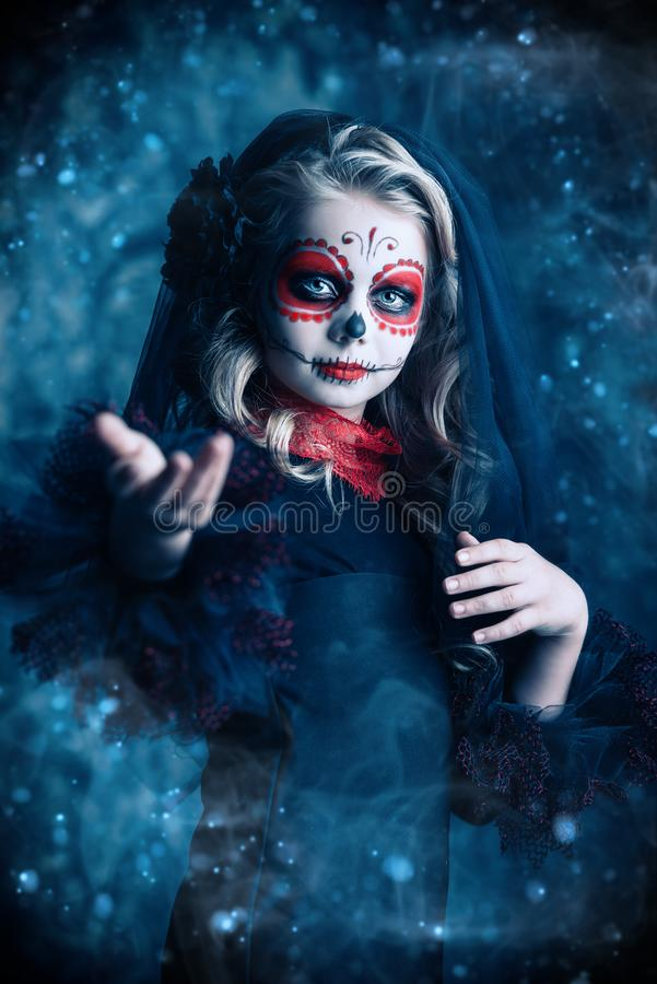 Retrato da menina no Dia das Bruxas fotos de stock royalty free