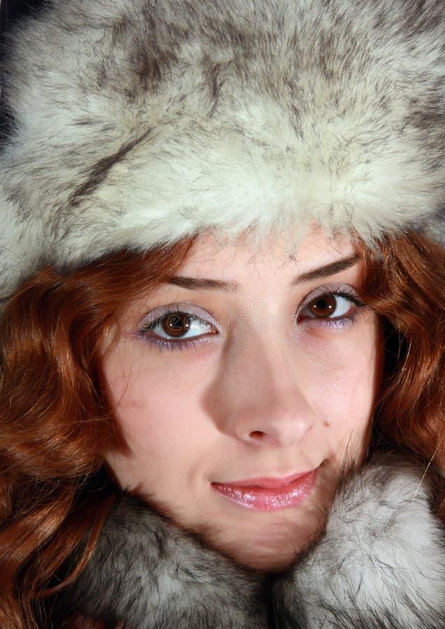 Retrato da menina no tampão polar da raposa fotos de stock