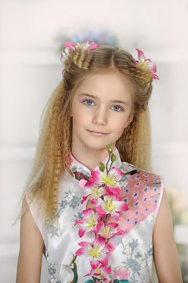 Retrato da menina no vestido asiático do estilo imagens de stock royalty free