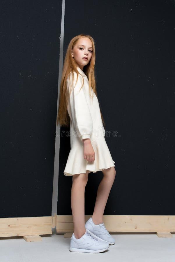 Retrato da menina nova bonita do ruivo que levanta no estúdio fotos de stock