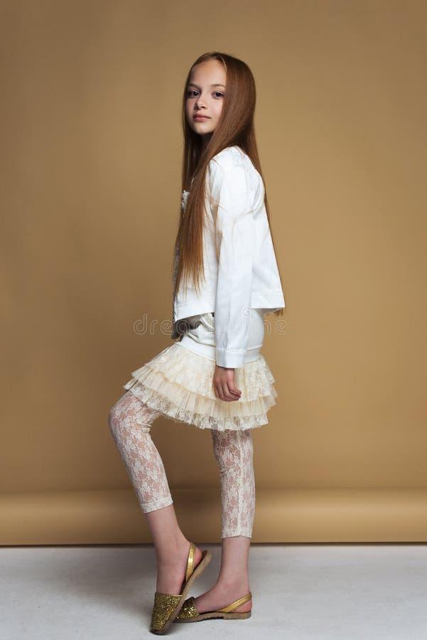 Retrato da menina nova bonita do ruivo que levanta no estúdio imagem de stock royalty free